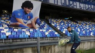 Insigne depone un mazzo di fiori per Maradona sotto le curve
