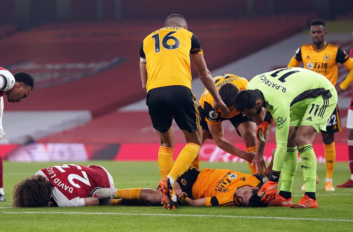 Paura ed ansia durante Arsenal-Wolverhampton, match di Premier League: Raul Jimenez &egrave; caduto a terra privo di sensi dopo uno scontro aereo con David Luiz sugli sviluppi di un calcio d&#39;angolo. Mentre il difensore brasiliano si &egrave; rialzato quasi subito (con un evidente ematoma in testa), l&#39;attaccante messicano &egrave; rimasto a terra dieci&nbsp;minuti prima di essere trasportato fuori dal campo in barella ed essere&nbsp;trasferito in ospedale&nbsp;per esami alla testa. &quot;Sta meglio, &egrave; cosciente e risponde alle cure&quot; fa sapere il club inglese.<br /><br />