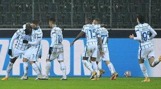 Lukaku show e brividi Var, l'Inter supera il 'Gladbach e spera ancora