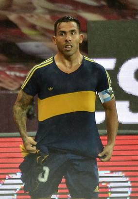 Il gol pi&ugrave; bello di Carlitos Tevez con la dedica speciale a Diego Armando Maradona. L&#39;Apache, dopo che non era sceso in campo in campionato perch&eacute; scosso dalla morte del suo idolo,&nbsp; ha segnato in Copa Libertadores&nbsp;contro l&#39;Internacional&nbsp;e la sua esultanza rimarr&agrave; nella storia.&nbsp;Messi aveva sfoggiato la maglia del Newell&#39;s, l&#39;ex Juve&nbsp;ha scelto, ovviamente, la&nbsp;numero 10&nbsp;del Pibe de Oro ai tempi del Boca, quella con cui Diego lasci&ograve;&nbsp;il calcio giocato nel 1997.<br /><br />