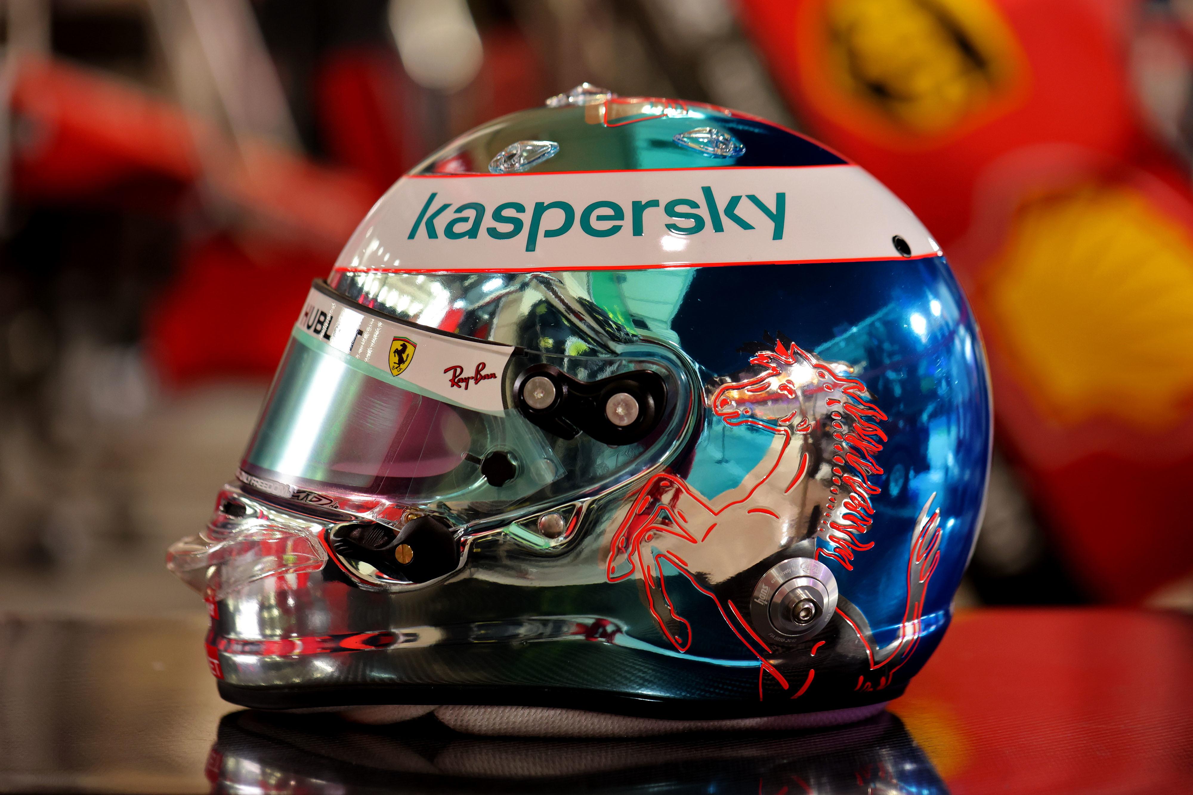 Livrea speciale per il quattro volte campione del mondo Sebastian Vettel che, in occasione dell&#39;inedito &quot;Outer track&quot; di Sakhir sfogger&agrave; un casco che mescola un blu cromato a un cavallino in rosso neon<br /><br />