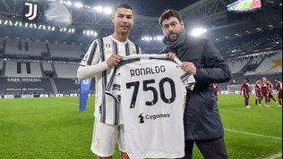 Agnelli premia CR7 con la maglia speciale per i 750 gol