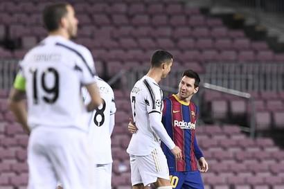 Pochi attimi prima del fischio d&#39;inizio Leo Messi e Cristiano Ronaldo si sono salutati cos&igrave;.<br /><br />