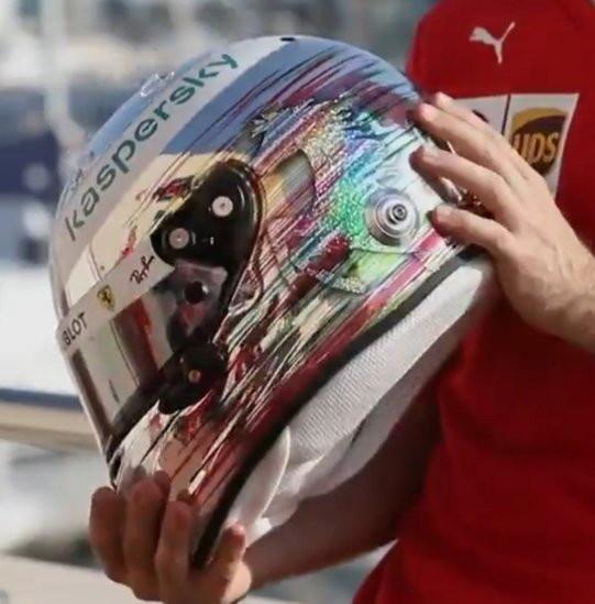 E&#39; arrivata l&#39;ora dei saluti tra Sebastian Vettel e la Ferrari che in quel di Yas Marina vivranno l&#39;ultimo capitolo della loro avventura. Casco dalla livrea speciale per il tedesco che ha tenuto a ringraziare tutti nell&#39;ultimo weekend alla guida della SF1000. &quot;Grazie Ferrari, Italia, ragazzi, Maranello e tifosi&quot; si legge nella parte superiore del casco di Seb.<br /><br />