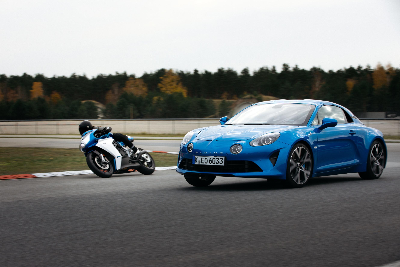 MV Agusta e Alpine, il leggendario marchio francese legato all&#39;automobilismo sportivo, uniscono le forze per la produzione di una moto esclusiva in serie limitata di sole 110 unit&agrave;, ispirata all&#39;Alpine A110. La Superveloce rappresenta la scelta ideale per questo progetto poich&egrave; incarna perfettamente lo spirito della A110 di cui condivide la stessa eleganza senza tempo, offrendo inoltre emozioni uniche di guida su qualsiasi tipo di strada.<br /><br />