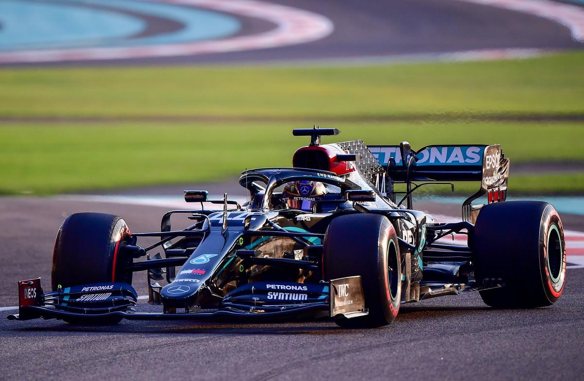 Charles Leclerc sale sul terzo gradino&nbsp;del podio del <strong>Gran Premio &quot;virtuale&quot;</strong> la cui classifica &egrave; stata stilata dai dieci Team Principals del Mondiale. Davanti a tutti - come nel Mondiale &quot;vero&quot; - c&#39;&egrave; sempre Lewis Hamilton ma alle sue spalle&nbsp;sale <strong>Max Verstappen</strong>. Alle spalle del monegasco della Ferrari invece Daniel Ricciardo strappa la quarta piazza a Sergio Perez e<strong> il &quot;principino&quot; Russell</strong> (18esimo nel Mondiale) &egrave; addirittura sesto!<br /><br />
