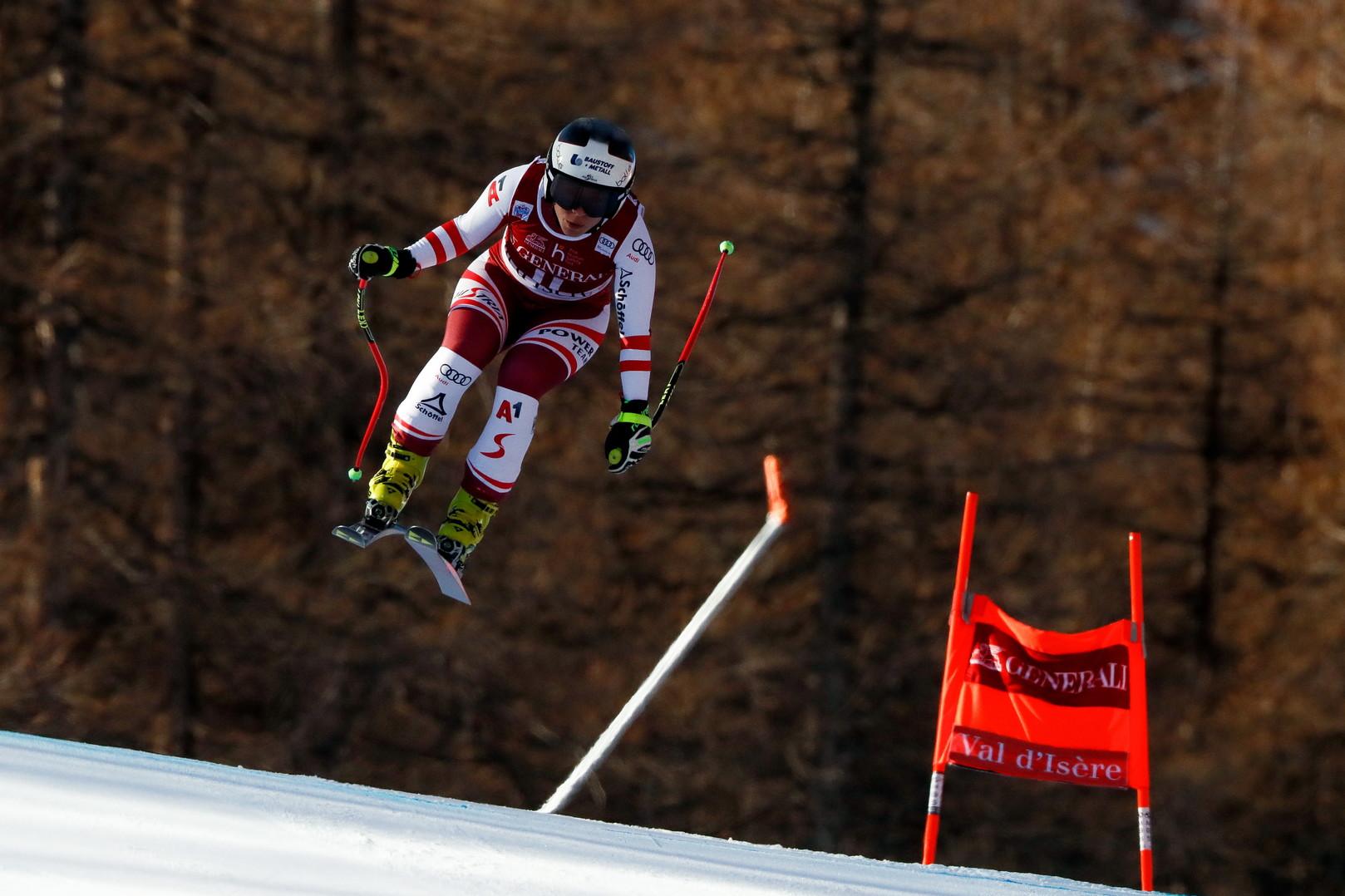 Momenti di paura durante la discesa libera in Val d&#39;Isere valida per la Coppa del Mondo di sci alpino: Nicole Schmidhofer &egrave; uscita dalla pista ad una velocit&agrave; stimata tra i 100 km/h e i 115 km/h sfondando due barriere formate dalle reti di protezioni e finendo nella vicina foresta. Gara subito interrotta per permettere l&#39;arrivo del toboga: la sciatrice austriaca &egrave; stata portata via in barella e in seguito in elicottero.<br /><br />
