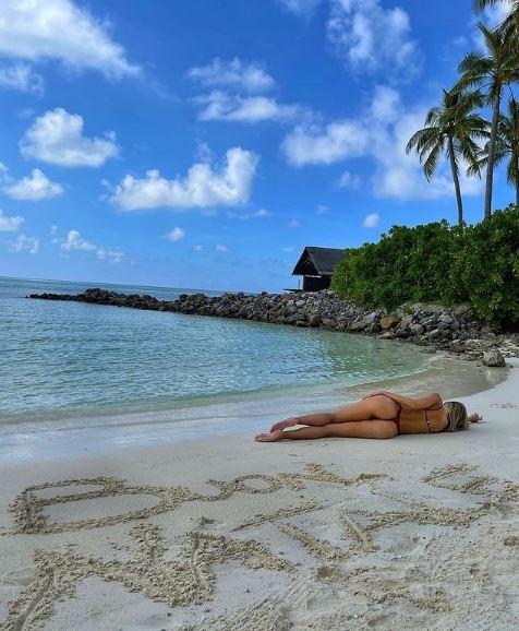 La modella e il fidanzato, l&#39;attaccante Graziano Pell&eacute;, si rilassano al sole e al caldo delle Maldive<br /><br />