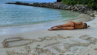 Viky, vacanze di Natale col micro bikini alle Maldive