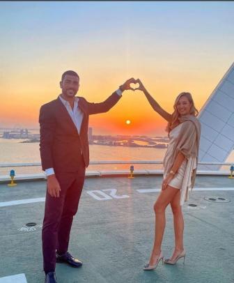 L&#39;attaccante fa la proposta di matrimonio alla fidanzata a Dubai. Lei risponde: &quot;S&igrave;!&quot;<br /><br />