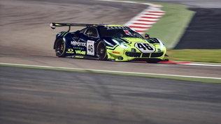 Valentino Rossi sorride, podio alla 12 Ore del Golfo