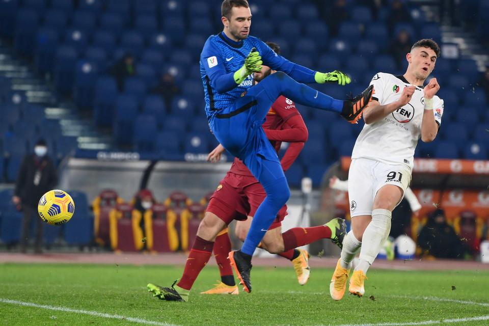 Incredibile quanto accaduto nel primo minuto dei tempi supplementari della partita di Coppa Italia fra la Roma e lo Spezia. I giallorossi ritrovano in nove per le espulsioni di Mancini e Pau Lopez nel giro di 30 secondi. Un record. Il difensore gi&agrave;&nbsp;ammonito si becca il secondo giallo per un fallo inutile a met&agrave;&nbsp;campo, il portiere nell&#39;uscire al limite dell&#39;area cicca il pallone e colpisce malamente Ricci. Il tecnico della Roma Fonseca manda quindi in campo il portiere brasiliano Fuzato, al posto di Cristante. Fuori anche Pedro, dentro Ibanez.<br /><br />