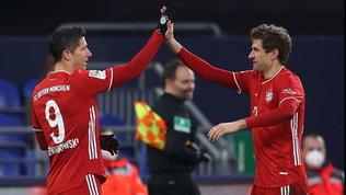 Bayern, Müller-Lewa show: poker a casa Schalke e allungo sul Lipsia