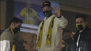 """Fenerbahçe, appello ai tifosi per pagare Ozil: """"Inviate un milione di Sms"""""""
