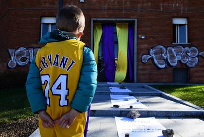 La dedica per il grande campione della Nba e dei Los Angeles Lakers che proprio in Italia mosse i primo passi nel mondo del basket. A Reggio ora c&#39;&egrave; Largo Kobe e Gianna Bryant<br /><br />