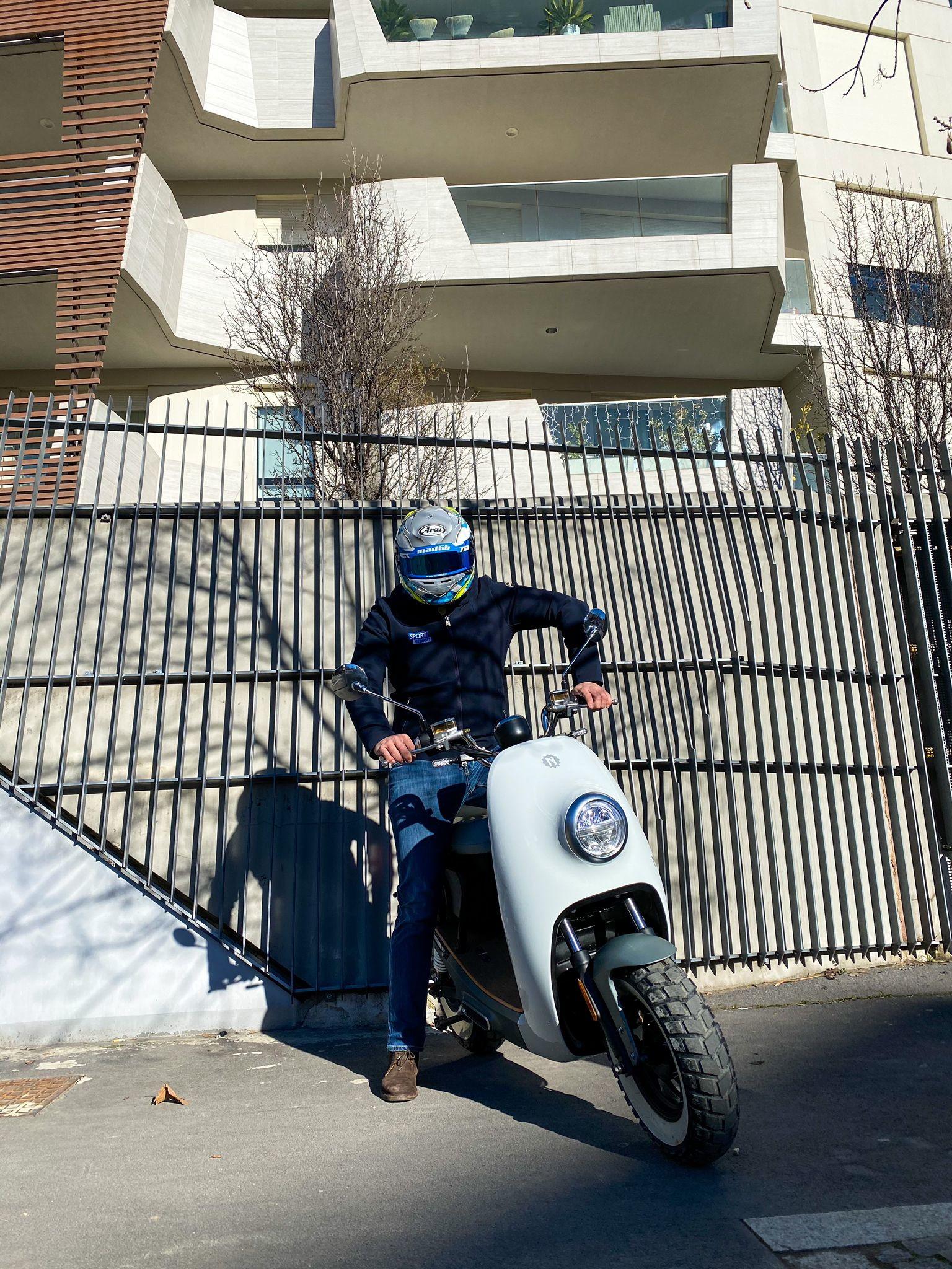 Alla guida dello scooter elettrico della casa torinese.<br /><br />