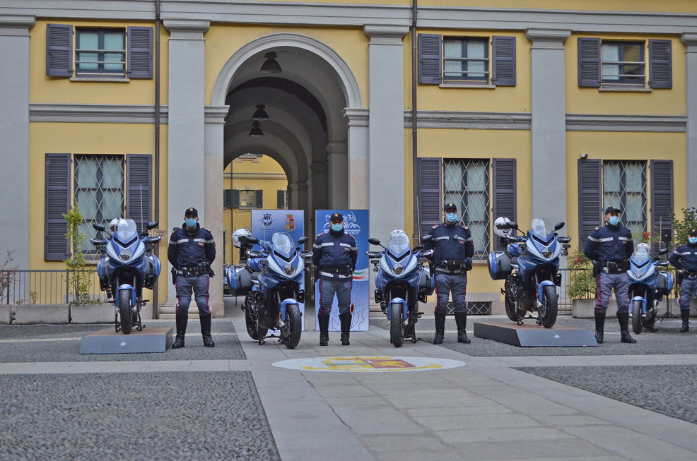 Sono 4 le Turismo Veloce Lusso SCS con la livrea istituzionale della Polizia di Stato che oggi hanno raggiunto le altre due Turismo Veloce e le due Rivale gi&agrave; in<br /> servizio presso il reparto motociclisti &ldquo;Nibbio&rdquo; dell&rsquo;Ufficio Prevenzione Generale e Soccorso Pubblico della Questura che pattuglia le strade di Milano. Raddoppia cos&igrave; la flotta di due ruote col marchio di Schiranna in dotazione alle forze dell&rsquo;ordine, e aumenta la sicurezza dei cittadini milanesi.<br /><br />  La donazione dei mezzi &egrave; avvenuta oggi, durante un evento ufficiale nel cortile interno della Questura di Milano,&nbsp;alla presenza del Questore di Milano Cav. Giuseppe Petronzi e di Timur Sardarov, CEO di MV Agusta Motor S.p.A. Presente inoltre il pilota Simone Corsi, in forza al Gruppo Sportivo Fiamme Oro, insieme alla sua MV Agusta F2 del Forward Racing Team con la livrea della Polizia di Stato, con la quale ha corso a Misano in categoria Moto2 lo scorso settembre.<br /><br />