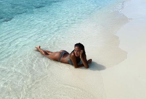 Carrellata di foto al mare per Giorgia Palmas, che pone un indovinello ai follower su Instagram e si lascia andare alla nostalgia della Sardegna e del mare.<br /><br />