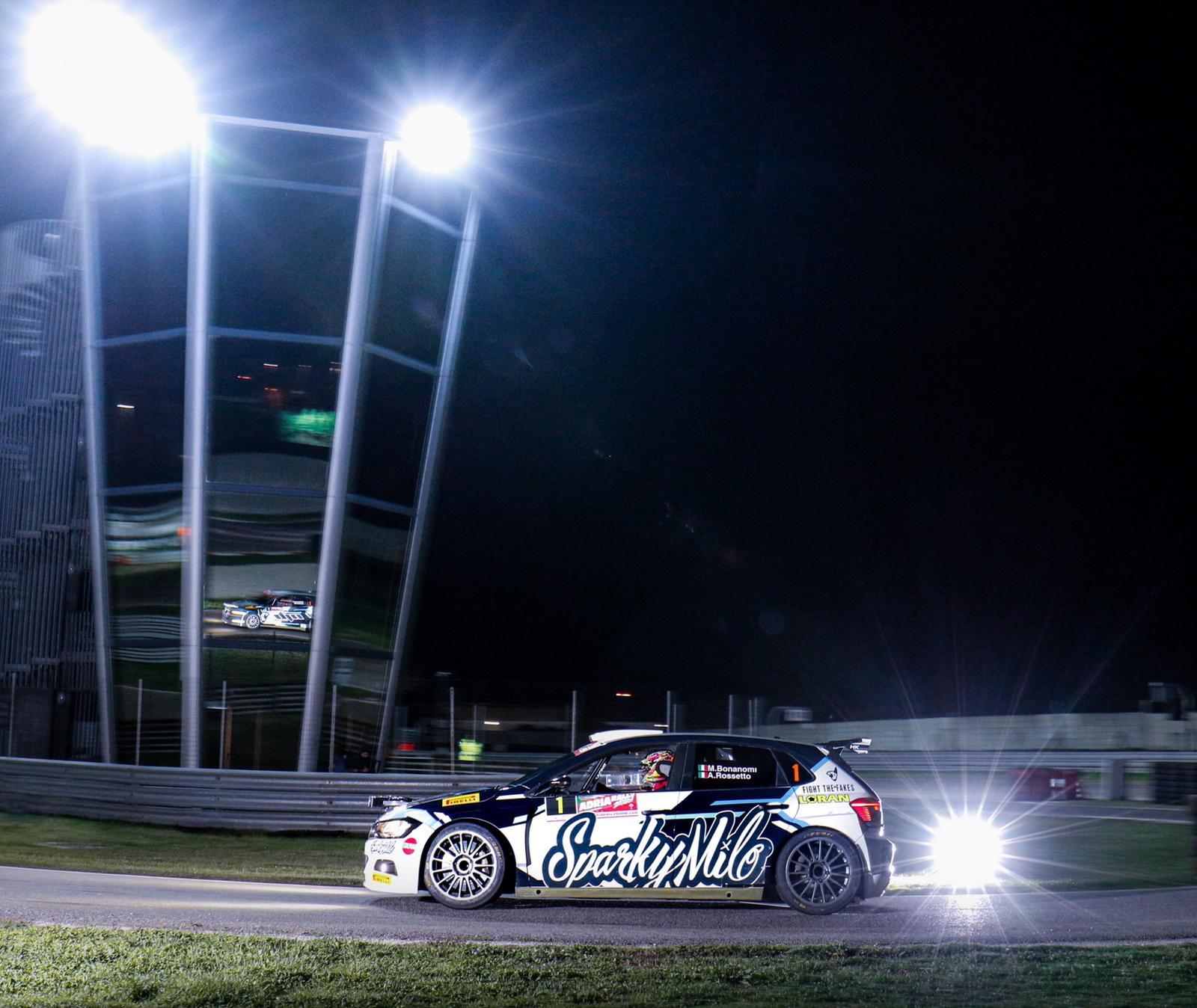 L&#39;Adria Rally Show ha inaugurato la stagione italiana e subito c&#39;&egrave; stata una sfida avvincente tra Babuin al volante della Ford Fiesta WRC&nbsp;contro Marco Bonanomi su Polo GTI R5. Alla fine ha avuto la meglio Babuin grazie alla macchina pi&ugrave; potente, ma il pilota brianzolo ex Audi ha dato spettacolo vincendo nettamente la sua categoria. Da applausi anche la livrea SparkyMilo, nuovo brand milanese di Activewear.&nbsp;<br /><br />