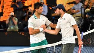 Djokovic passeggia su Karatsev: ora è in finale per il 18° titolo Slam