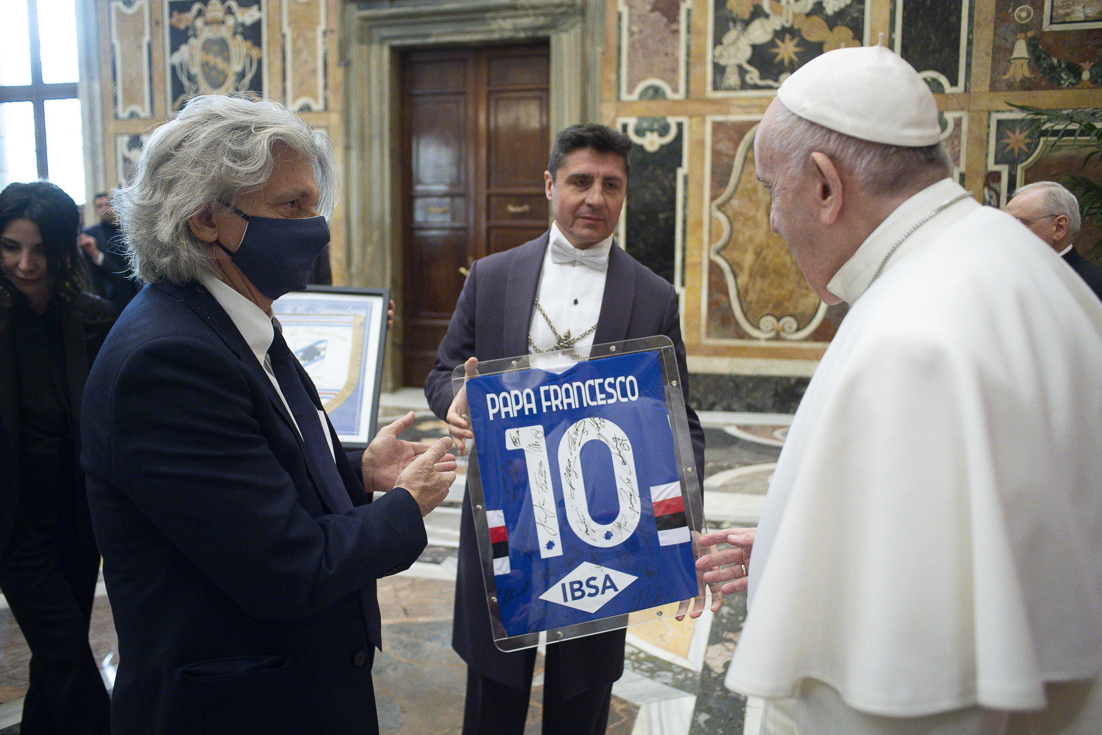"""<p style=""""text-align: justify;"""">Papa Francesco ha ricevuto oggi in Vaticano i dirigenti e i calciatori della Sampdoria. L&#39;udienza si &egrave; svolta nella Sala Clementina del Palazzo apostolico vaticano. &quot;Grazie della visita - ha detto Jorge Bergoglio alla squadra di Ranieri&nbsp;-.&nbsp;Vorrei soltanto dirvi che sono contento&nbsp;e dirvi che lo sport, e anche il calcio, &egrave;&nbsp;una strada di vita, di maturit&agrave;&nbsp;e di santit&agrave;. Si pu&ograve;&nbsp;andare avanti,&nbsp;ma mai si pu&ograve;&nbsp;andare avanti da soli, sempre in squadra, questo &egrave;&nbsp;importante. Le vittorie pi&ugrave;&nbsp;belle sono quelle della squadra. Da noi, al giocatore che gioca per se&nbsp;stesso, diciamo che &#39;si mangia il pallone&#39;. Lo prende&nbsp;e non guarda gli altri. Inoltre&nbsp;non bisogna perdere&nbsp;lo sport amatoriale, lo sport che nasce proprio dalla vocazione di farlo. Gli altri interessi sono secondari. Vi auguro tutto questo. Pregher&ograve;&nbsp;per voi&nbsp;e vi chiedo di pregare per me&quot;.<br /><br />"""
