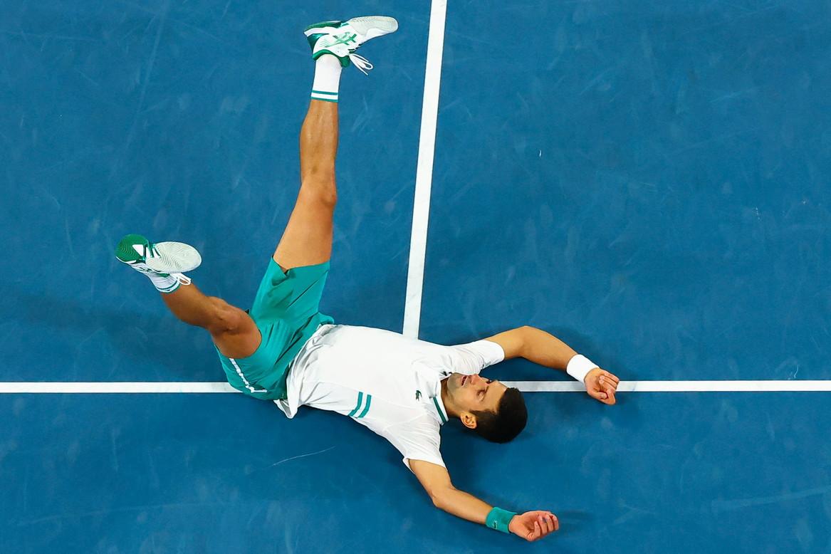 Novak Djokovic conquista gli Australian Open per la nona volta in carriera; la terza consecutiva. Non c&rsquo;&egrave; di fatto partita nella finale di Melbourne contro Daniil Medveded, sconfitto nettamente 7-5, 6-2, 6-2. Il russo riesce solamente a mettere in discussione il primo set, ma nulla pu&ograve; nei successivi due parziali. Medveded si toglie solo la soddisfazione di diventare da domani il numero 3 al mondo; in ogni caso, il padrone dell&rsquo;Australia resta Nole.<br /><br />