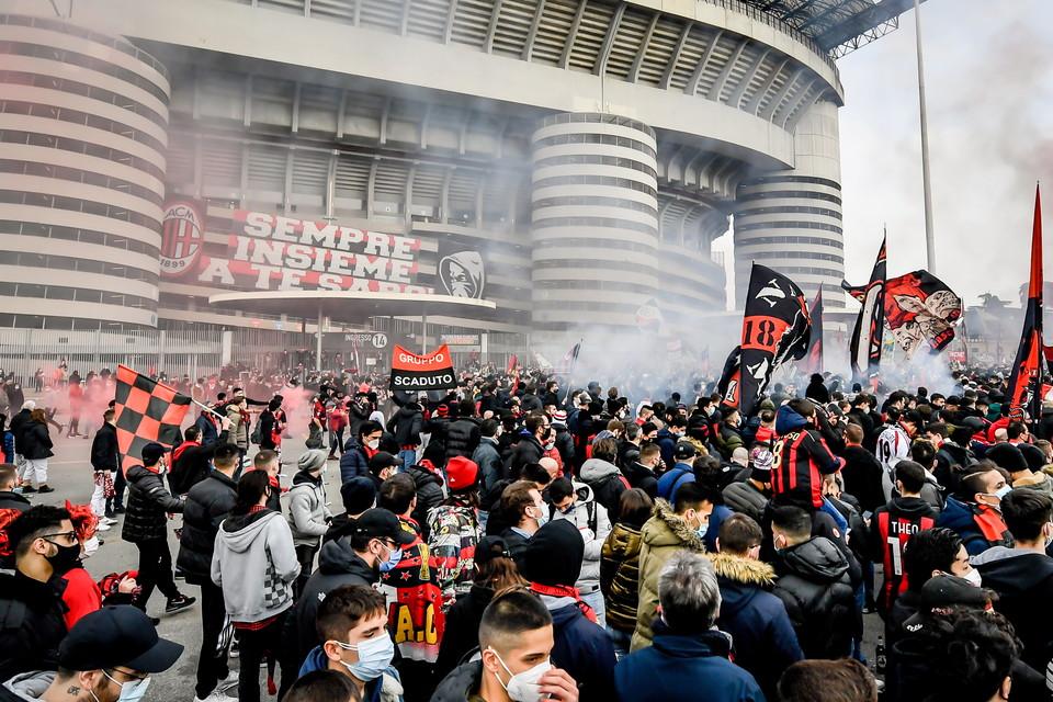 Cori, bandiere, petardi e fumogeni: circa 5000 tifosi dell&#39;Inter si sono dati appuntamento nel piazzale del &#39;Baretto&#39; di San Siro, punto di ritrovo della Curva Nord, dalla tarda mattinata, per supportare la squadra nel derby di oggi pomeriggio. Poco distante anche una delegazione di tifosi del Milan. Il divieto di assembramento imposto dal Governo per limitare la diffusione del Covid&nbsp;&egrave;&nbsp;stato di fatto dimenticato e il distanziamento praticamente inesistente. Molti hanno tenuto comunque la mascherina ma di fatto&nbsp;le regole sono passate in secondo piano.&nbsp;<br /><br />