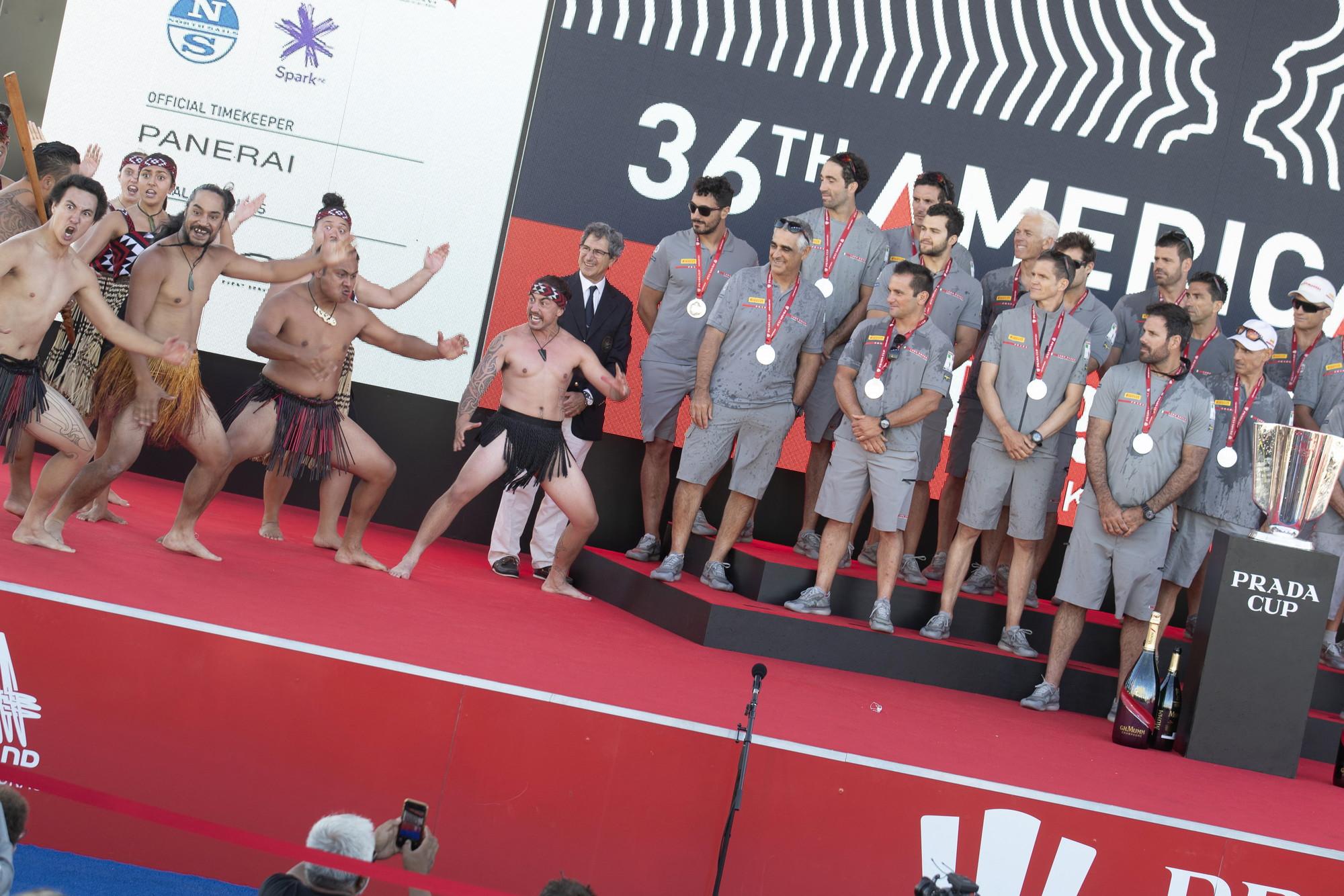 Con la cerimonia conclusiva, avvenuta sul main stage dell&#39;America&#39;s Cup village di Auckland, in Nuova Zelanda, la Prada Cup e&#39; stata consegnata all&#39;equipaggio di Luna Rossa uscito vittorioso dalla sfida contro i britannici di Ineos Team per 7 vittorie a una nella finale conclusa domenica scorsa. Il programma e&#39; iniziato con il saluto dei guerrieri Maori, che hanno anche concluso con la tradizionale Haka. Un video ha ripercorso i momenti salienti delle regate che hanno visto protagonista la barca italiana. Il Trofeo, realizzato da maestri argentieri fiorentini su disegno di Mark Lawson, e&#39; stato consegnato all&#39;equipaggio da Francesco Longanesi Cattani, COR 36&#39;s CEO Representative a Auckland e Title Sponsor Liaison. Sul palco a ricevere il Trofeo il Team Director e Skipper Max Sirena, i due timonieri Francesco Bruni e Jimmy Spithill oltre a tutto l&#39;equipaggio e una rappresentanza di tecnici e designer che hanno contribuito al risultato, assieme al Commodoro del Circolo della Vela Sicilia Agostino Randazzo. L&#39;equipaggio ha ricevuto anche le medaglie e uno zaino PRADA realizzato in materiale Re-Nylon.<br /><br />