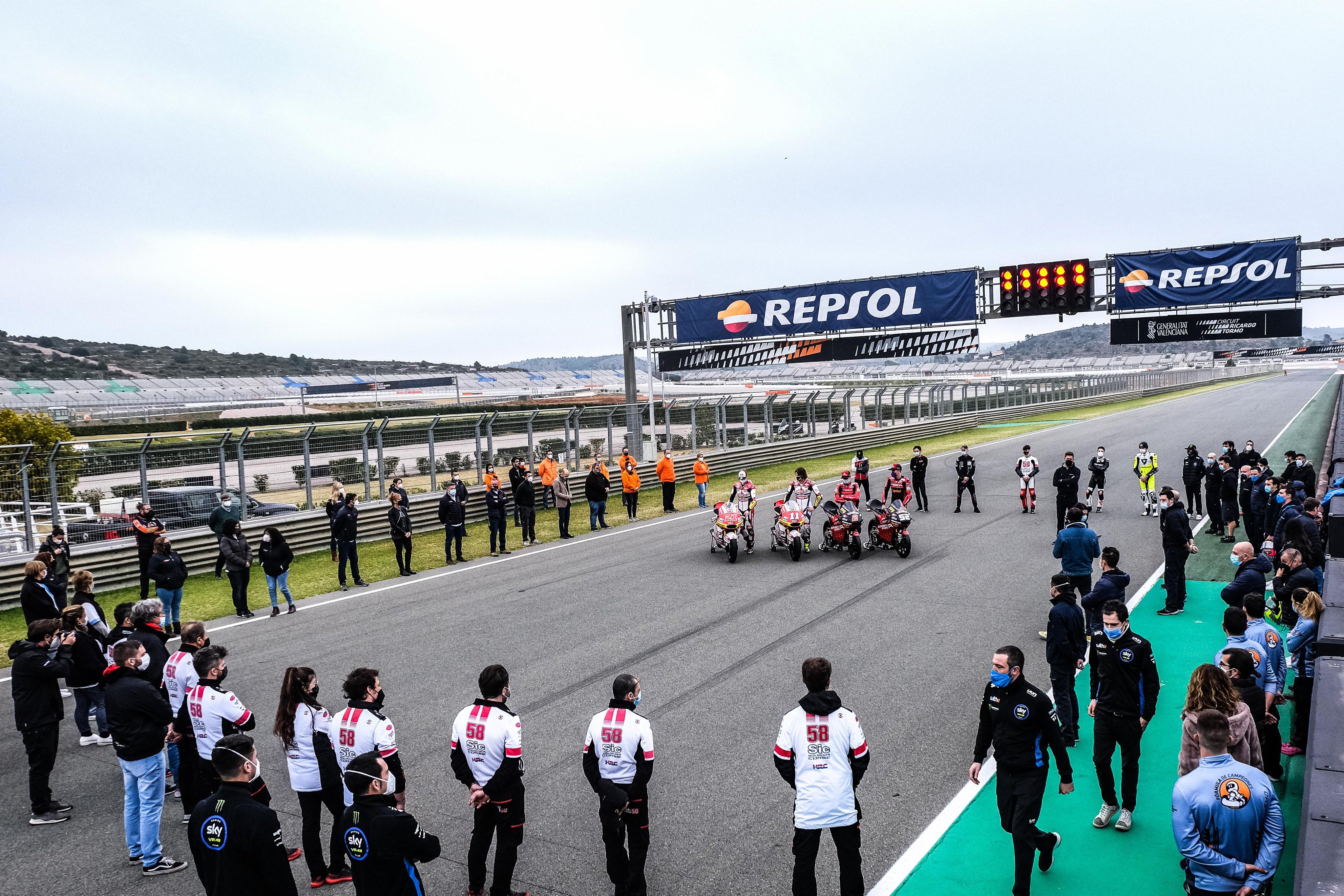 Il motomondiale rende omaggio a Fausto Gresini. In occasione dei test Moto2 e Moto3 a Valencia &egrave; stato osservato 1&#39; di silenzio in memoria dell&#39;ex pilota italiano e proprietario dell&#39;omonimo team che prende parte al campionato mondiale. I quattro piloti del team Gresini si sono messi a centro pista circondati da colleghi e addetti ai lavori, tutti in rigoroso silenzio.<br /><br />