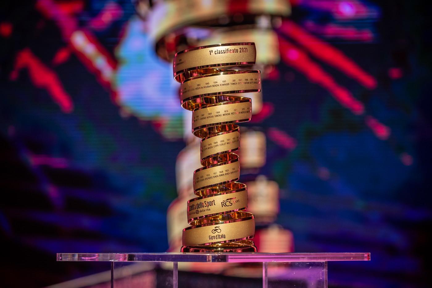 Dal 1999 al vincitore viene consegnato il Trofeo Senza Fine, composto da una barra di rame bombata, piegata a spirale, che si eleva dalla base in cerchi sempre più ampi, sui quali sono incisi i nomi di tutti i vincitori.