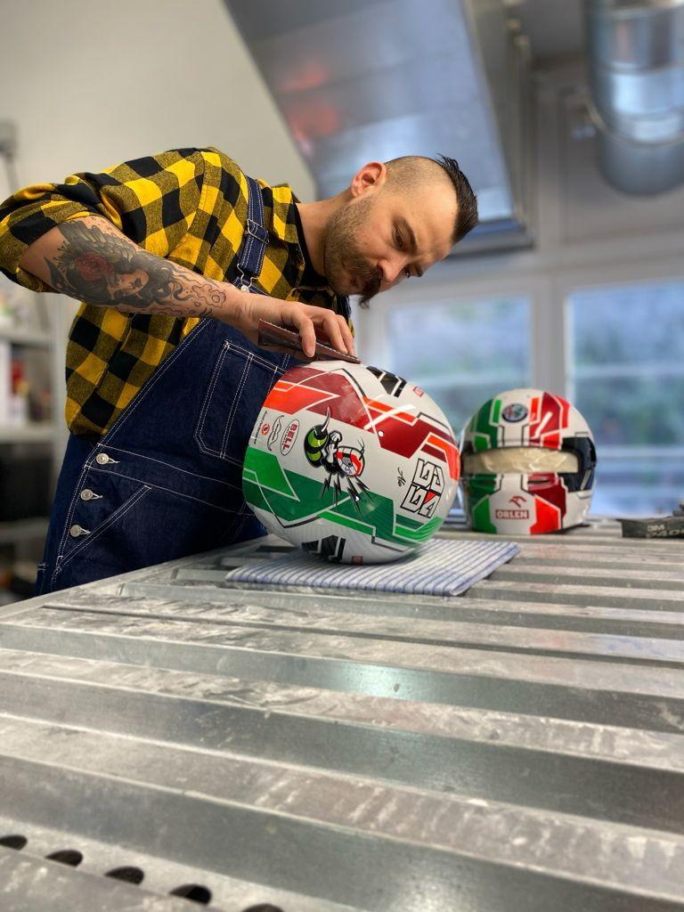 Nuovo design per il casco 2021 di Antonio Giovinazzi, ma sempre con la bandiera italiana. Livrea disegnata da Drudi e casco realizzato da Mad56.<br /><br />