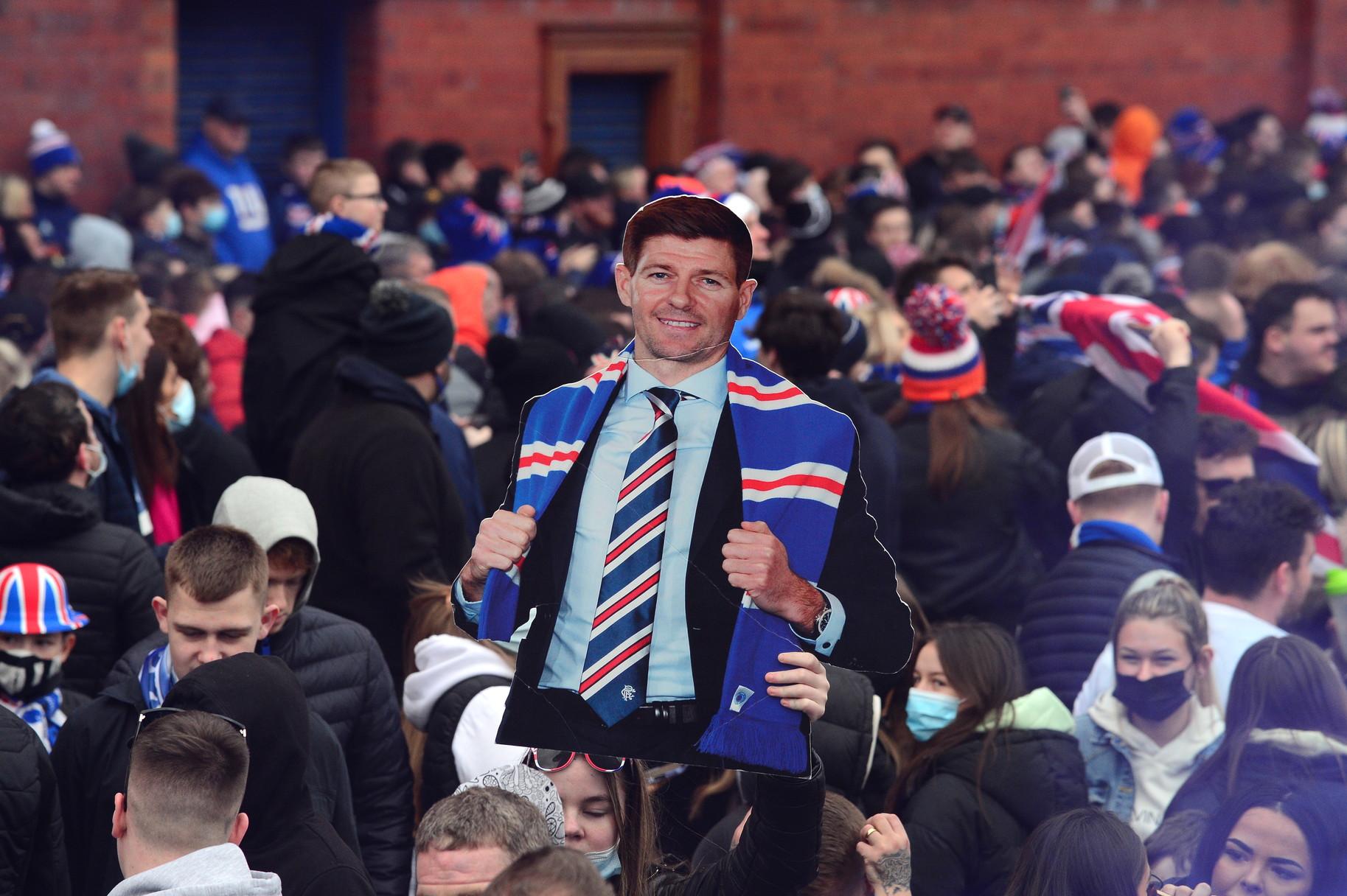 I Rangers di Glasgow hanno vinto il loro primo titolo di Premiership scozzese dopo 10 anni completando cos&igrave; il ritorno al vertice dopo il fallimento ed essere stati costretti a risalire dalla quarta divisione. Il 55esimo titolo di campioni di Scozia, record del mondo, &egrave; arrivato dopo che il Celtic ha pareggiato 0-0 contro il Dundee United. I festeggiamenti dei tifosi fuori Ibrox erano iniziati gi&agrave; il giorno precedente, quando i Rangers hanno battuto il St. Mirren 3-0, e hanno violato ogni regola contro la pandemia. Nonostante Glasgow sia in lockdown, infatti, la gente di fede Rangers si &egrave; scatenata e poco hanno potuto fare steward e polizia per contenere un travolgente entusiasmo che poco si concilia con le regole sul distanziamento sociale. Il governo scozzese ha duramente stigmatizzato l&#39;accaduto. &quot;Siamo estremamente delusi dal comportamento di coloro che si sono assembrati a Ibrox - ha detto un portavoce -. Siamo in una fase cruciale nella lotta al virus, e le azioni di questa gente, che comunque sono una minoranza, mettono a rischio la salute e le vite degli altri, dei poliziotti e dell&#39;intera comunit&agrave;&rdquo;.<br /><br />