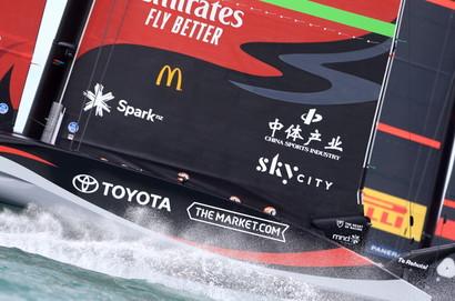Nel Golfo di Hauraki l&rsquo;AC75 di casa vince agilmente la prima regata di finale, il challenger italiano mostra i muscoli in quella successiva e ribalta il pronostico, prevalendo per 7&rdquo;<br /><br />
