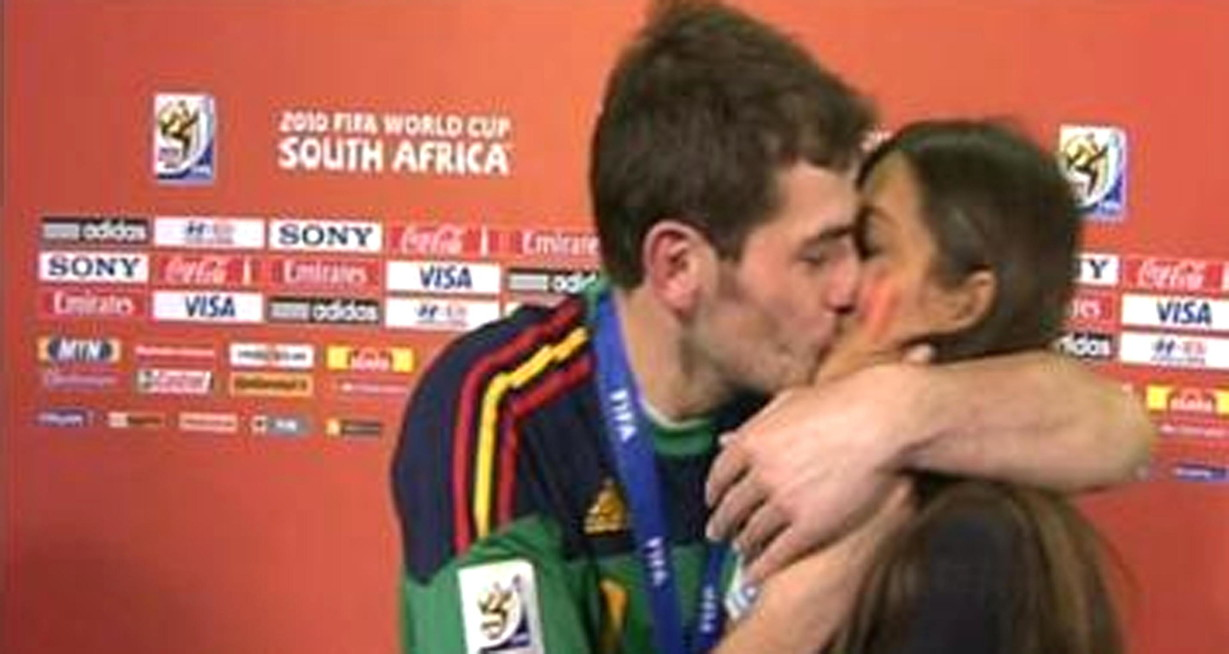 """<p style=""""text-align: justify;"""">La coppia pi&ugrave; bella del calcio spagnolo non &egrave; pi&ugrave; una coppia. Iker Casillas e Sara Carbonero&nbsp;hanno deciso di separarsi e, come riportano i media spagnoli, al momento&nbsp;vivono in case separate. L&#39;ex portiere e la giornalista, che hanno due figli, sono diventati celebri in tutto il mondo dopo la vittoria della Spagna ai Mondiali sudafricani del 2010, quando l&#39;allora numero uno del Real Madrid la interruppe e la baci&ograve; in mondovisione mentre lei lo intervistava. La Carbonero sta lottando da tempo con un tumore alle ovaie e circa un mese fa era stata ricoverata per un nuovo intervento in una clinica di Madrid.<br /><br />"""