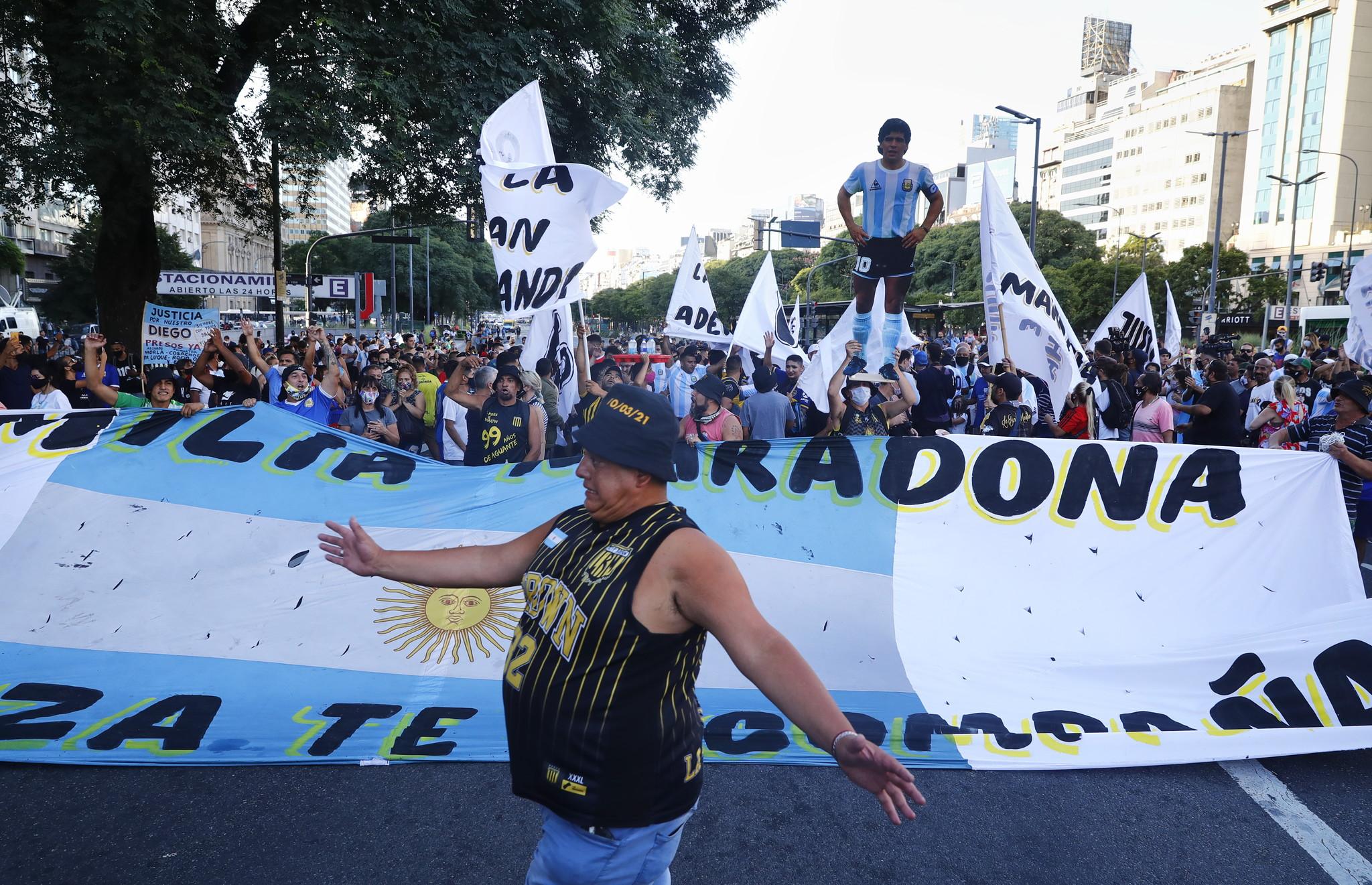"""Maradona, a Buenos Aires una marcia pacifica: """"Giustizia per Diego, lo hanno ucciso"""""""