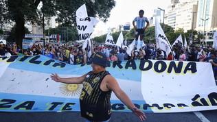 """Il popolo di Maradona in marcia: """"Giustizia per Diego, lo hanno ucciso"""""""