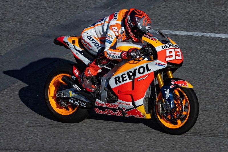 Marc Marquez &egrave; sceso in pista a Barcellona con l&#39;edizione &quot;street legal&quot; della sua Honda&nbsp;da MotoGP per testare il braccio infortunato lo scorso anno in vista di una sua partecipazione alla prima gara della stagione, il 28 marzo in Qatar.<br /><br />
