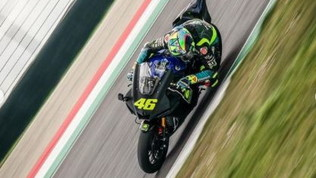 Rossi si scalda al Mugello con una Yamaha stradale