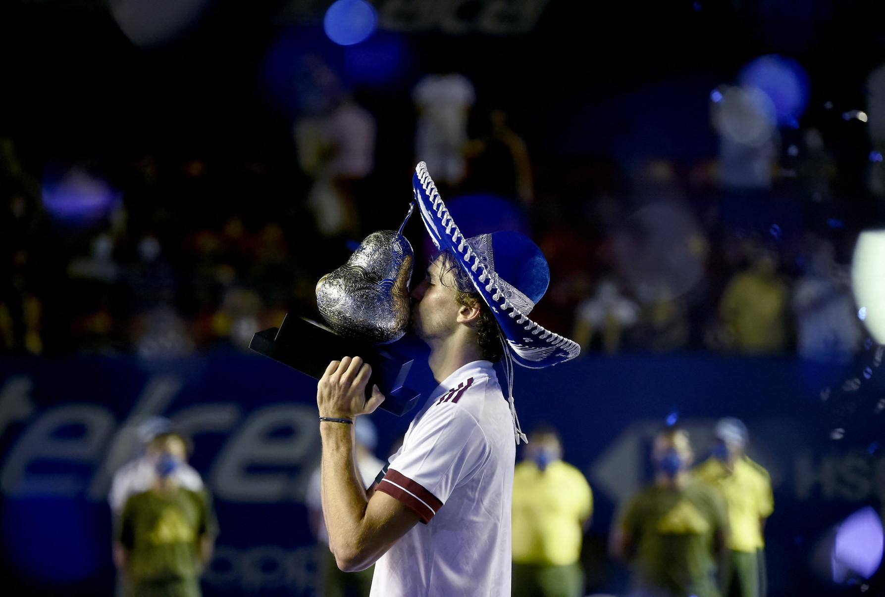 Alexander Zverev si gode per la prima volta l&#39;emozione di indossare il sombrero, l&#39;ormai classico premio per il vincitore ad Acapulco. Il tedesco, numero 7 del mondo, ha sconfitto in finale 6-4 7-6(3) il greco Stefanos Tsitsipas, numero 5 ATP. Ha conquistato cos&igrave;&nbsp;il suo 14&deg; titolo, il primo da Colonia-2 nell&#39;autunno 2020. Senza aver perso nemmeno un set lungo il percorso, ma con un successo per walkover di Casper Ruud nei quarti, Zverev ha festeggiato il suo terzo titolo in un ATP 500 dopo il bis a Washington nel 2018 e 2019.<br /><br />