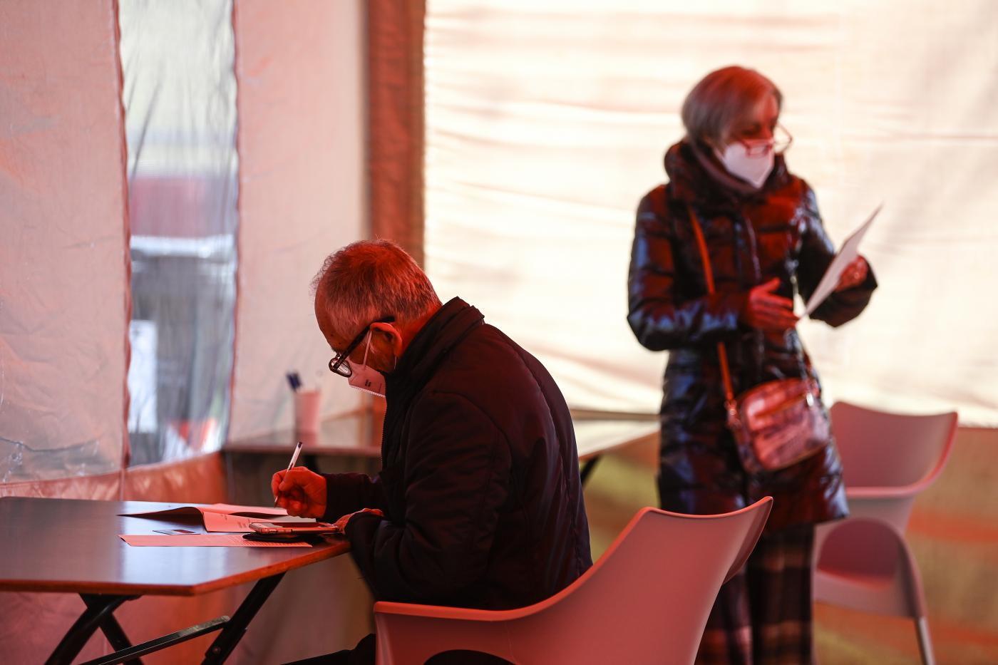Oggi, mercoled&igrave; 24 marzo, sono iniziate le prime vaccinazioni (100, destinate al personale scolastico) contro il Covid anche presso l&#39;hotspot dell&#39;Allianz Stadium, struttura voluta dalla Regione Piemonte e realizzata in collaborazione con il Comune di Torino, Juventus Football Club, Asl Citt&agrave; di Torino e Arpa Piemonte. La struttura, che era stata inaugurata lo scorso novembre per l&rsquo;effettuazione dei tamponi naso-faringei in modalit&agrave; drive through, &egrave; stata convertita in punto vaccinale in 48 ore con l&rsquo;aiuto delle Truppe Alpine dell&#39;Esercito Italiano (gli alpini della Brigata &quot;Taurinense&quot;), che avevano gi&agrave; supportato l&rsquo;allestimento in autunno. Il punto vaccinale si trova all&rsquo;interno del Parcheggio 10 dello stadio (entrata da via Druento) e sar&agrave; operativo con orario 8-14 dal luned&igrave; al sabato, riservato esclusivamente a chi &egrave; stato convocato dall&#39;Asl<br /><br />