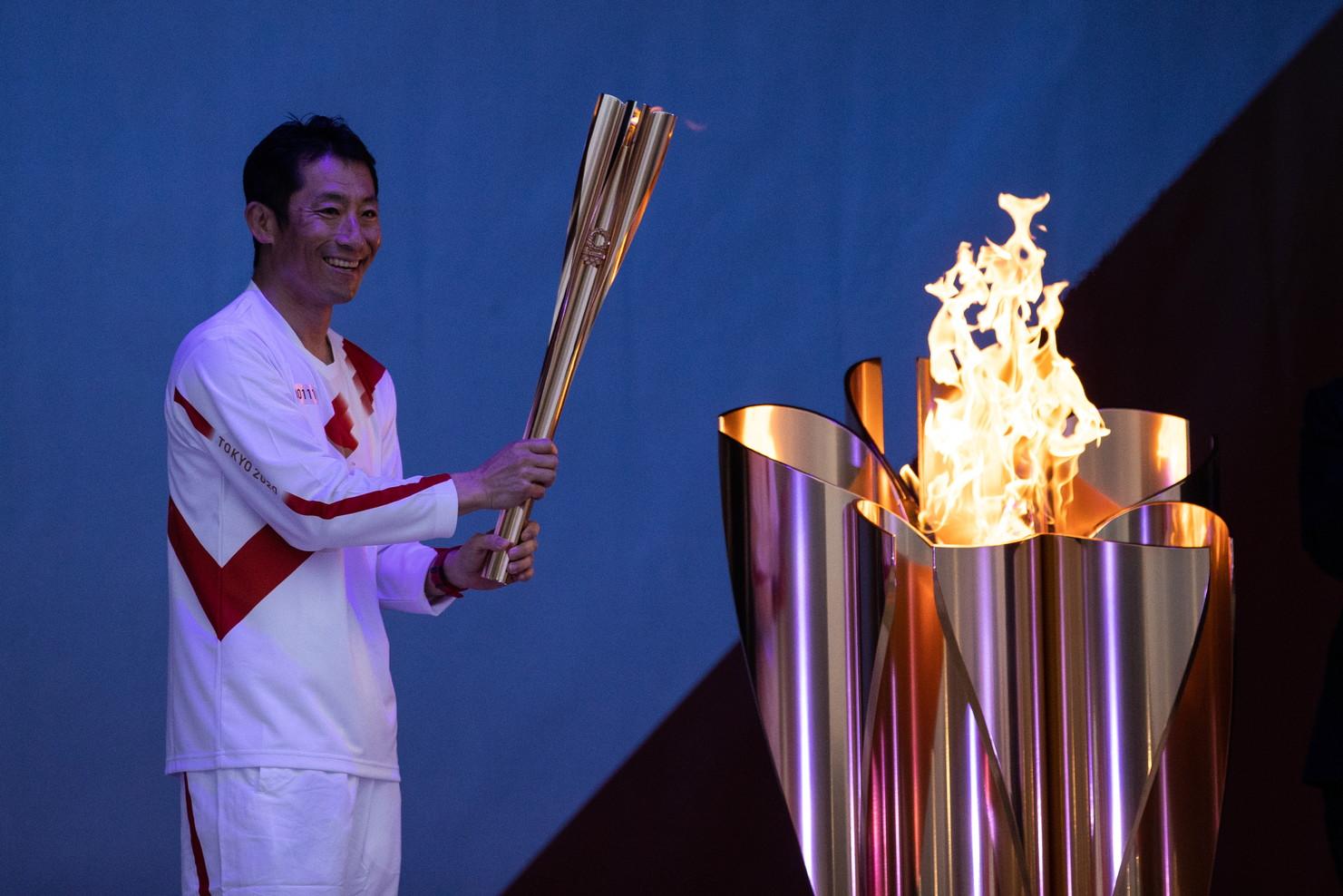 """<p style=""""text-align: justify;"""">A un anno esatto dal rinvio delle Olimpiadi di Tokyo 2020, ha preso il via oggi da Fukushima il viaggio della fiaccola olimpica, in una cerimonia pi&ugrave;&nbsp;contenuta - come da programma - per via dell&#39;emergenza sanitaria dovuta al coronavirus. La staffetta toccher&agrave;&nbsp;tutte le 47 prefetture dell&#39;arcipelago per i prossimi quattro mesi, riguarder&agrave;&nbsp;circa 10.000 tedofori e si concluder&agrave;&nbsp;con l&#39;arrivo della torcia allo Stadio Olimpico di Tokyo, in tempo per l&#39;avvio dei Giochi previsto per il 23 luglio.<br /><br />"""