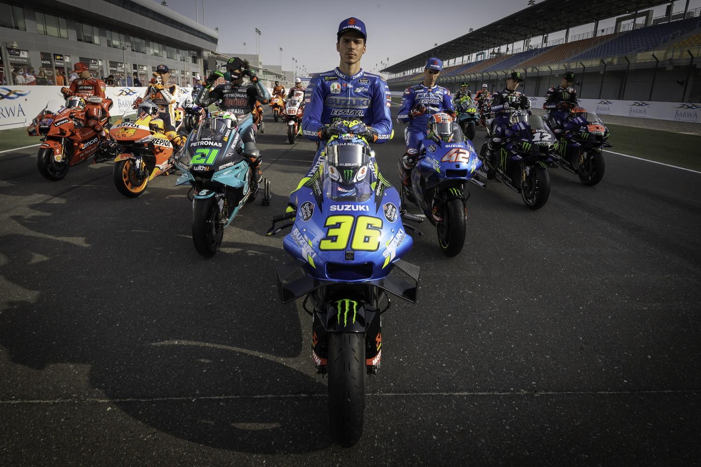 """<p style=""""text-align: justify;"""">Nel weekend del 26-28 marzo parte la stagione delle due ruote in Qatar e i piloti hanno posato con le loro moto&nbsp;sul rettilineo del traguardo del circuito di Losail, per la tradizionale &quot;foto di classe&quot;.&nbsp;Davanti a tutti il campione del mondo in carica, Joan Mir, con la sua Suzuki, grande assente invece Marc Marquez, che non prender&agrave; parte al primo GP a causa dell&#39;infortunio che lo tormenta dall&#39;anno scorso e da cui non ha ancora recuperato al 100%.<br /><br />"""