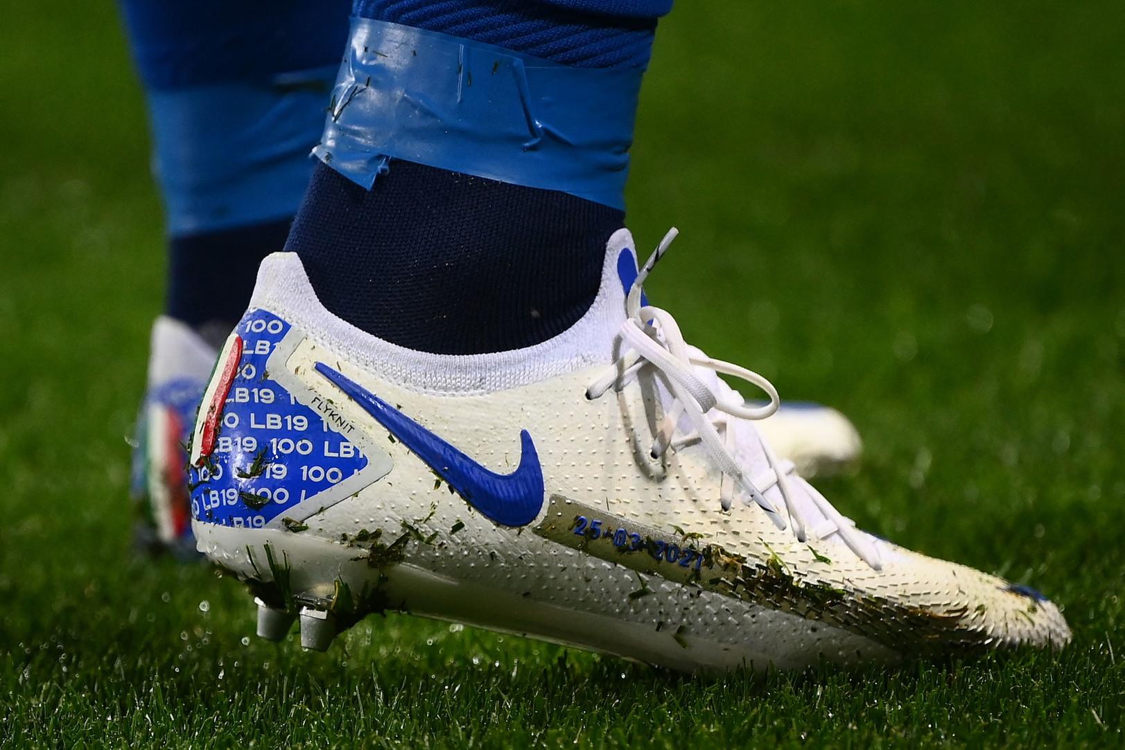 Serata speciale per Leonardo Bonucci che, al calcio d&#39;inizio di Italia-Irlanda del Nord, ha festeggiato la presenza numero 100 con la maglia della Nazionale, traguardo che in pochi hanno avuto l&#39;onore di tagliare nel corso della storia. Bonucci &egrave; infatti solo l&#39;ottavo giocatore ad entrare nella ristretta cerchia dei &#39;centenari&#39; azzurri dopo Gianluigi Buffon (176), Fabio Cannavaro (136), Paolo Maldini (126), Daniele De Rossi (117), Andrea Pirlo (116), Dino Zoff (112) e Giorgio Chiellini (106). Una serata da celebrare con un paio di scarpe speciali&hellip;<br /><br />