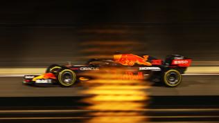 Tra Mercedes e Ferrari gode Verstappen