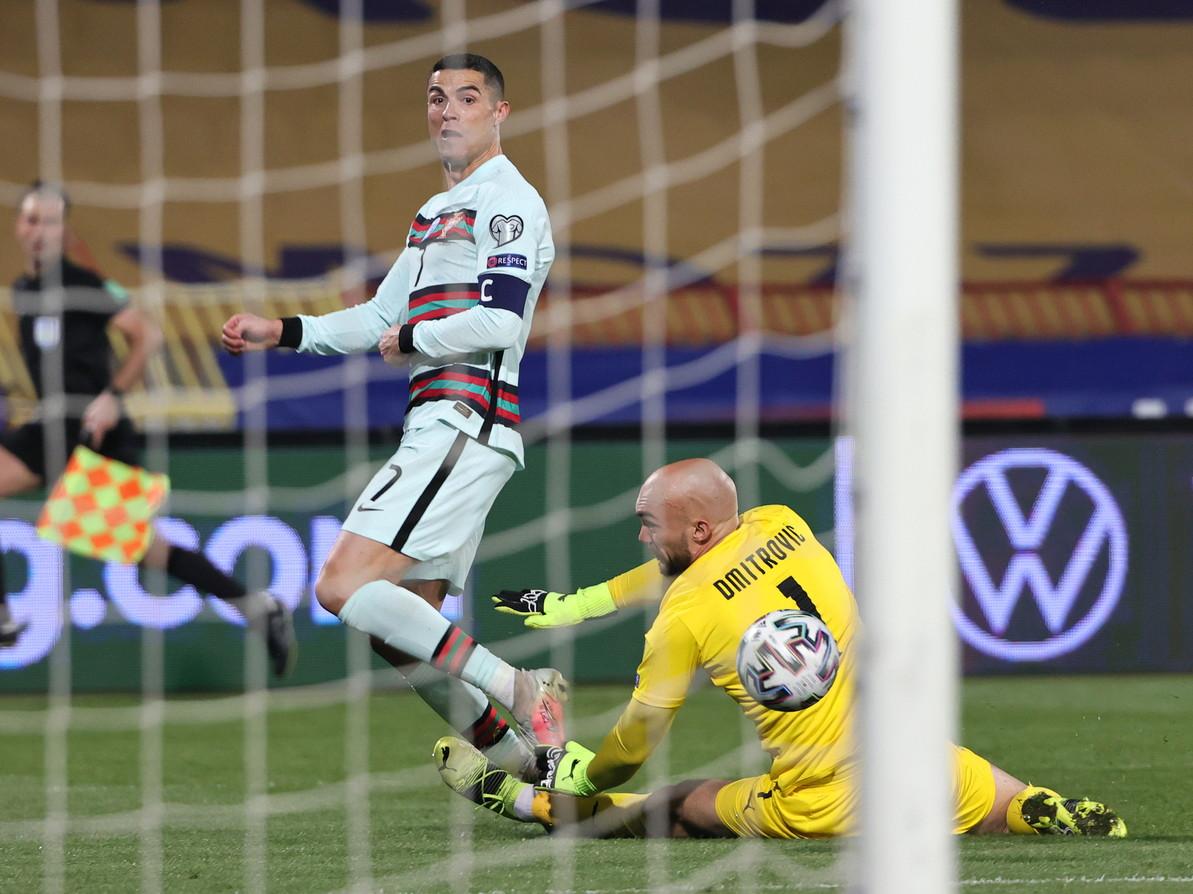 Cristiano Ronaldo protagonista sfortunato nel finale di Serbia-Portogallo, gara verso Qatar 2022 terminata 2-2. Al 94&#39; e ultimo minuto di recupero, l&#39;asso della Juventus segna il gol della vittoria, ma nessuno della terna arbitrale si accorge che il pallone ha superato interamente la linea di porta. In questa fase di qualificazione ai Mondiali non &egrave; previsto l&#39;uso della goal line technology e cos&igrave; CR7 si vede beffato. Dopo essere stato ammonito per le veementi proteste, al triplice fischio Ronaldo getta a terra la fascia di capitano, uscendo furioso dal campo.<br /><br />