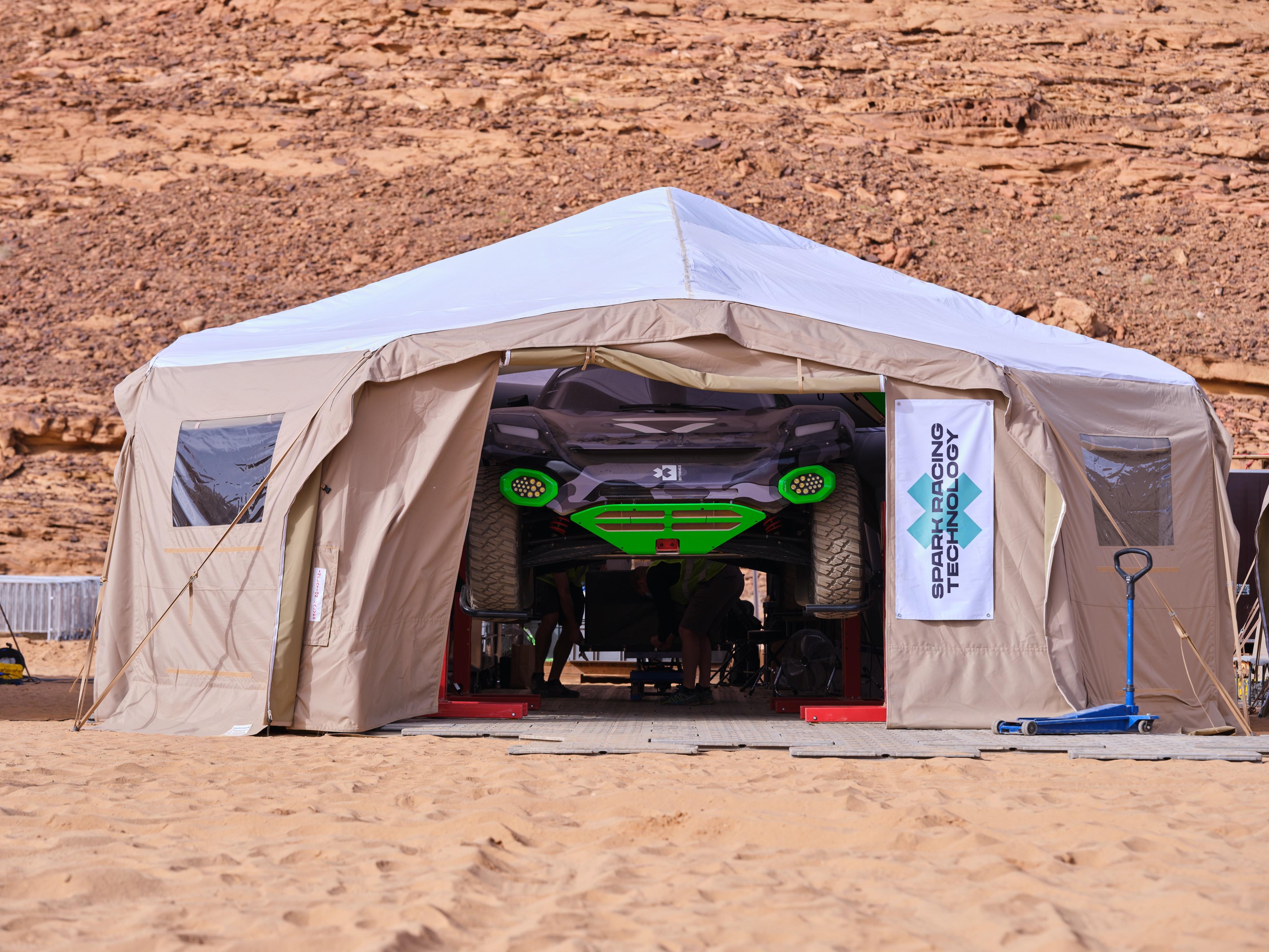 Extreme E &egrave; pronta a partire: il primo campionato di SUV elettrici &egrave; approdato in Arabia Saudita, dove si svolger&agrave; il primo weekend di gare, tutte in diretta su Mediaset. Le prime immagini del paddock che accoglie i nove team e i SUV Odyssey 21 nel deserto di&nbsp;AlUla&nbsp;sono state svelate dall&#39;account Twitter dell&#39;organizzazione.<br /><br />