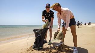 I team puliscono la spiaggia di Ras Baridi: c'è anche Rosberg