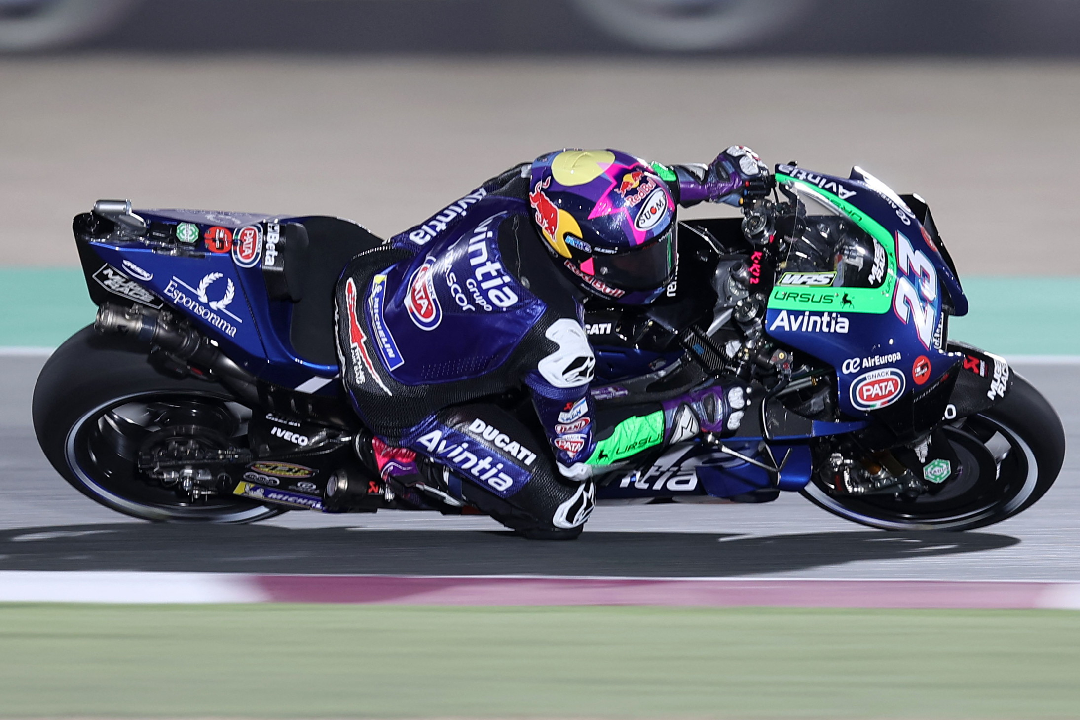 Prima pole in top class per il rookie Jorge Mart&igrave;n in sella alla Ducati del team Pramac. Il pilota spagnolo partir&agrave; in prima fila nel GP di Doha davanti al compagno di box Zarco e alla Yamaha factory di Vinales.<br /><br />