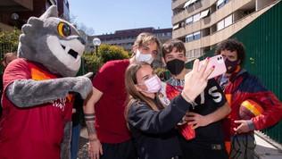 Zaniolo porta le uova di Pasqua a casa dei tifosi giallorossi