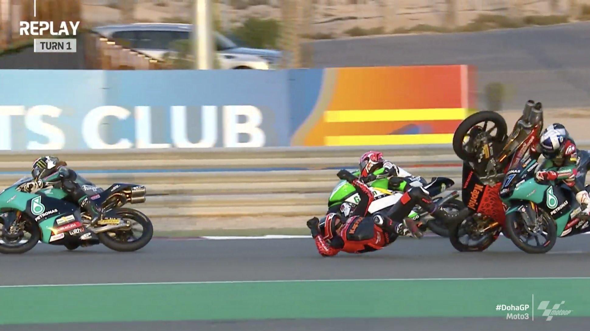 Rissa a bordo pista tra <strong>John McPhee</strong> e <strong>Jeremy Alcoba</strong> a Losail negli ultimi giri del GP di Doha di Moto3. Lo spagnolo, caduto nel gruppone, ha causato il ritiro del britannico che non l&#39;ha presa bene. Una volta rialzatosi dopo lo scivolone, McPhee ha puntato il collega colpendolo a calci e pugni, solo l&#39;intervento degli steward ha placato gli animi accesissimi tra i due.<br /><br />